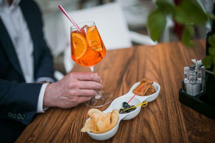 ���� Az olaszok fröccse, vagy is az Aperol Spitz egy #aperitivo koktél, ami #prosecco, #Aperol és szóda egyvelegéből készül. Az 1950-es évek óta populáris, de 1919-ben már fogyasztották a padovaiak. Természetesen ezt a koktélt nálunk is megkóstolhatod! Várunk szeretettel! �� #AkademiaItalia #akademiaitaliabudapest #gastronomia #italyinbudapest #italiancuisine #italiankitchen #weloveitaly #welovehungary #welovebudapest http://w3food.com/ipost/1507802064482197387/?code=BTsyf0tD9-L