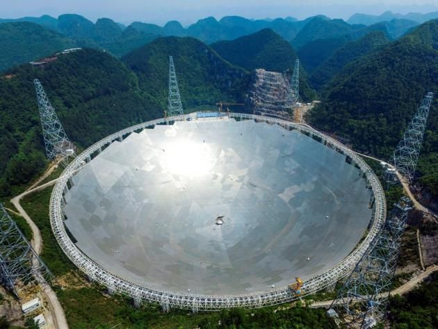1. Terminado en septiembre de 2016, el telescopio de Pingtang, China, es ahora el radiotelescopio más grande del mundo. Su antena parabólica mide 500 metros de diámetro y es capaz de capturar seña