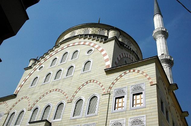 """BADEMLİK CAMİİ- Sütlüce Mahallesi, Talip Paşa Camii Sokak adresinde bulunan cami, Türkiye Anıtlar Derneğine bağlı """"Cami Temsil Heyeti"""" tarafından 1955 tarihinde inşasına başlanmış, 1964 tarihinde ibadete açılmıştır.  Cami cemaatin ihtiyacına cevap vermediği için, Bademlik İlim ve Hizmet Vakfı tarafından 1997 tarihinde inşaata başlanmış, 2003 bitirilmiştir."""