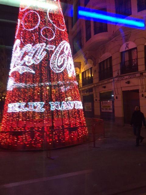 Árbol de Navidad junto a la calle de San Vicente de Valencia, de noche.