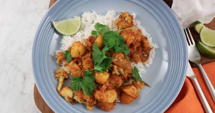 Värmande, kryddig tomatgryta med blomkål och potatis. Servera med ris, naanbröd, mango chutney och yoghurt.