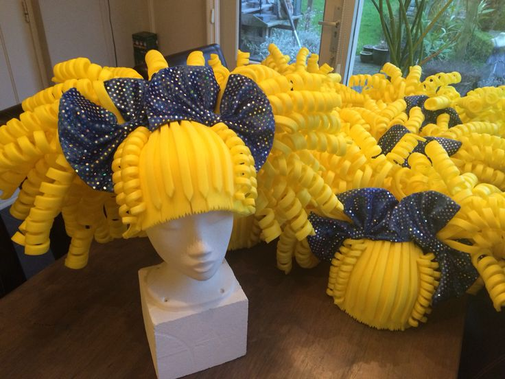 Gele foam pruiken. Yellow foam wigs.