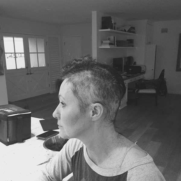 Com câncer, atriz de 'Barrados no Baile' raspa cabeça