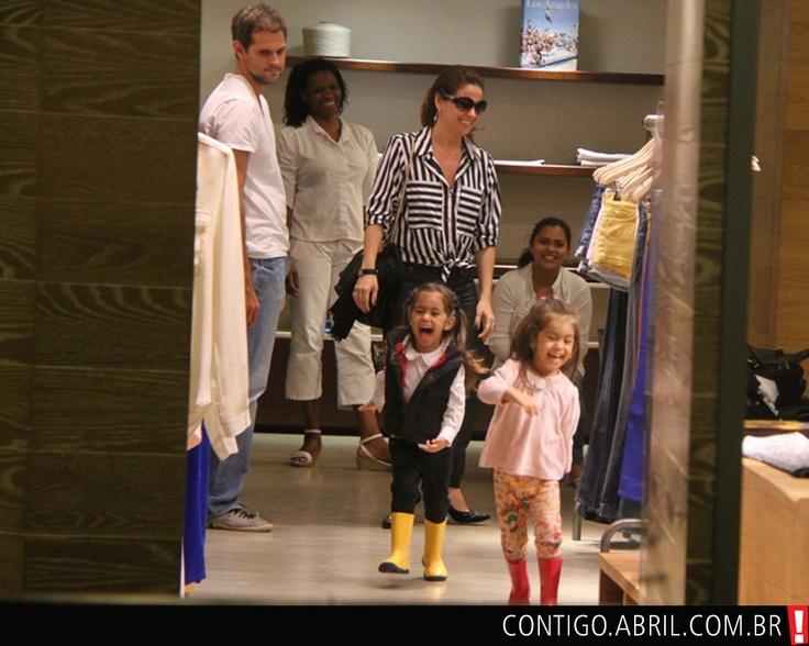 """Giovanna Antonelli aproveitou a folga nas gravações de """"Salve Jorge"""" para levar suas filhas gêmeas, Sofia e Antônia, ao teatro. A atriz esteve acompanhada de seu marido, Leonardo Nogueira, e da babá das meninas."""