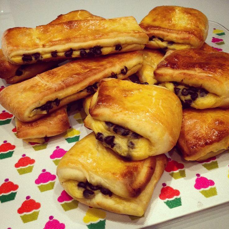 De petits pains en pâte à brioche fourrés de crème pâtissière aux pépites de chocolat.