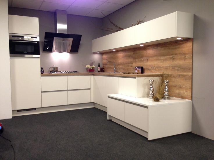 Fraaie stoere design keuken hoogglans greeploos wit met een kunststof werkblad en achterwand - Hout en witte keuken ...