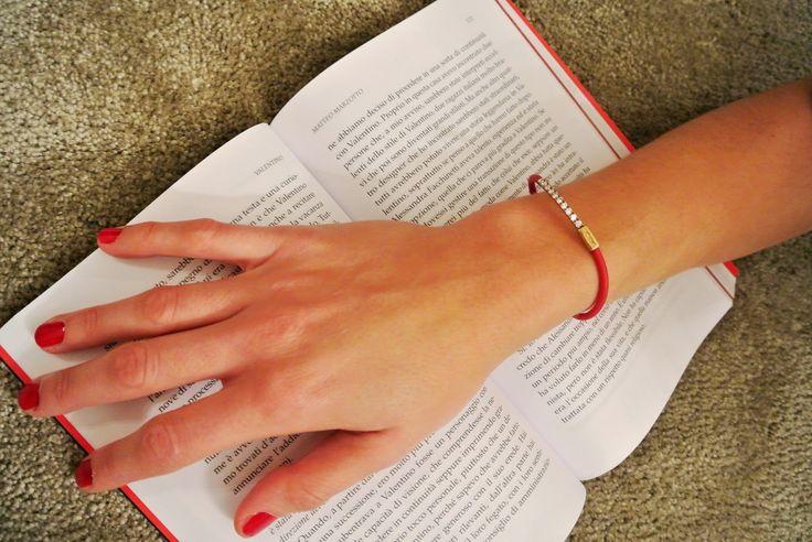 bracciale Tatitube e smalto rosso ! indecise tra mettersi a leggere un buon libro e uscire con le amiche :-) #tatitotojewels
