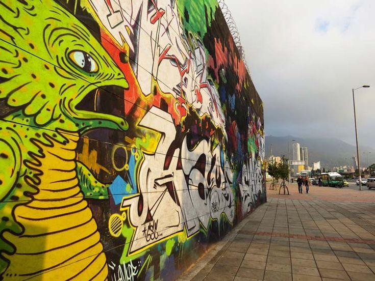 13. Un lagarto grande y verde mira la ciudad como analizando a quién devorar.
