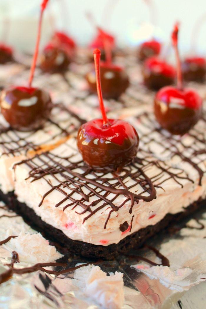 No hay barras de hornear pastel de queso no hay nada mejor que esto!  Hecho con una corteza OREO, una cremosa sin relleno de cereza pastel de queso horneado, y rematado con un chorrito de chocolate y cerezas bañadas en chocolate, estas barras son increíbles.  Fácil de hacer, y completamente delicioso!