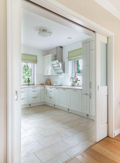 Romantischer Küchenbereich mit einer Schiebetür …