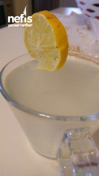 Zayıflatan İksir (Ayda 12 Kilo) Tarifi İçin Malzemeler 2 Adet Yeşil Elma1 Adet Limon2 Adet Çubuk Tarçın4 Adet Tane Karanfil1 Çay Kaşığı Karabiber3 Litre Su Zayıflatan İksir (Ayda 12 Kilo) Tarifi Yapılışı Yeşil elmayı ve limonu soymadan 5, 6'şar parça olacak şekilde doğruyoruz ve diğer tüm malzemelerimizle tencereye koyup kaynamaya bırakıyoruz.Elmalar pörsümeye başladığında tencerenin altını kapatıp içeceğimizi süzüyoruz.İster sıcak ister soğuk her gün 2 bardak içebilirsiniz