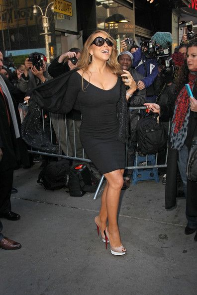 "Mariah Carey Photos Photos - The gorgeous Mariah Carey at ""Good Morning America"" in New York posing for fans after an appearance on the show. - Mariah Carey Greets Fans in NYC"