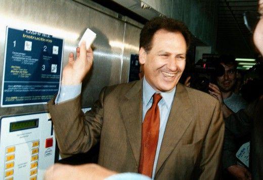 """Ο τότε υπουργός ΠΕΧΩΔΕ Κ. Λαλιώτης έκανε """"μια βόλτα"""" εκείνο το πρωί στην διαδρομή Πεντάγωνο - Σύνταγμα με τους συρμούς του μετρό. Στην φώτο ο Κ. Λαλιώτης αγοράζει εισιτήριο. Φωτο: ΑΠΕ/ΜΠΕ"""