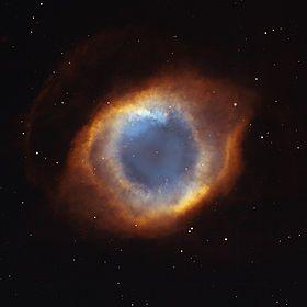 La nébuleuse de l'Hélice, ou NGC 7293  vue mixant des images du télescope spatial Hubble et de l'observatoire de Kitt Peak  est une nébuleuse planétaire située dans la constellation du Verseau.  Sa  ressemblance avec un œil humain lui à valu le surnom de « L'œil de Dieu ».Elle fut découverte par Karl Ludwig Harding en 1824.  elle est l'une des nébuleuses planétaires les plus proches. Elle se présente comme deux anneaux entrelacés.