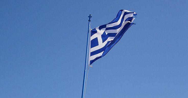 Qual o significado das cores na bandeira grega?. A bandeira grega oficial tem nove listras azuis horizontais alternadas com listras brancas, um quadrado azul com uma cruz branca no meio, localizado no canto superior esquerdo. São cinco listras azuis e quatro brancas.