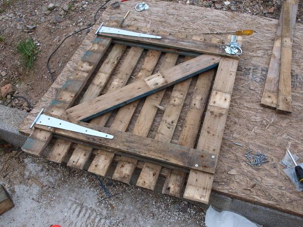 make a garden gate from a pallet - super hinges