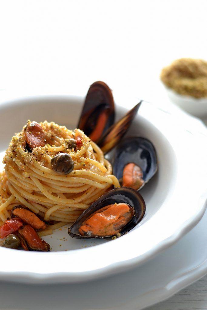 Spaghetti con cozze,pachino e capperi con pangrattato al pistacchio