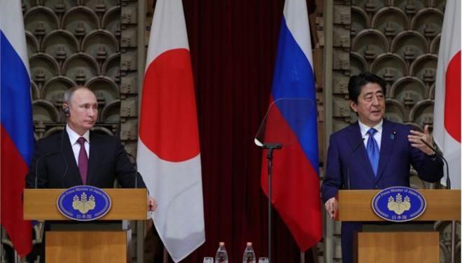 Ρωσία και Κίνα ζητούν αποκλιμάκωση στην Κορεατική χερσόνησο: Ο ρώσος πρόεδρος Βαλντιμίρ Πούτιν και ο Ιάπωνας πρωθυπουργός Σίντζο Άμπε, μετά…