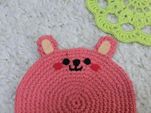 コットン糸で編んだウサギのコースター2枚セット裏はフェルトを貼って、縫い付けてあります。直径9.5cmコップを置いたら、ふちからちょこっと顔を出します♪|ハンドメイド、手作り、手仕事品の通販・販売・購入ならCreema。