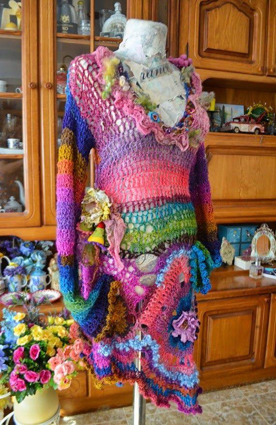 FreeForm häkeln Kleid Boho chic Mori Mädchen Kleid Fee Kleid zerfetzten Kleid tragbare Kunst Kleid, eklektische Kleid, Zigeuner Autumn Dream Kleid  Freihandform Gestricken und Gewirken Kleid aus mit einer sehr weich und flauschig Garne, die in Zusammensetzung: Mohair wolle, Acryl und Baumwolle. Es hat auch handgefertigte schönen Stoff Blumen zentriert mit Perlen Borten Fragmente, Wolle Teeswater locken, hand gefärbte Baumwolle, einzigartig handgefertigt und hand gefärbten Kunst Baumwolle…