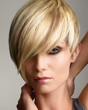 Taglio capelli corti donna asimmetrico con ciuffo lungo