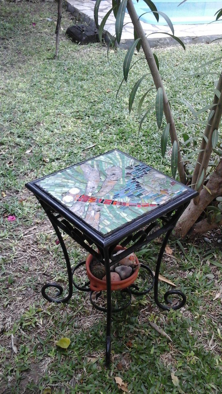 La libélula.  Mosaico venecitas, vidrio y mica. Patricia Kandus. Montado sobre harbor.  31x31cm. Integrado en mesita de hierro. 2016.
