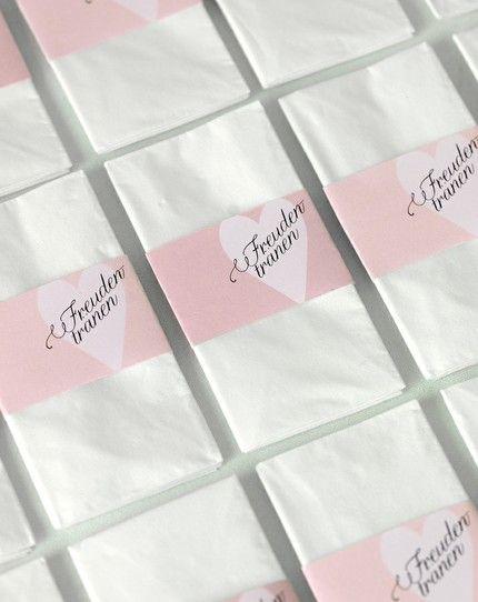 Mit diesen Banderolen können Sie simple Papiertaschentücher zu einem liebevollen Detail aufwerten. Legen Sie ein Taschentuch mit Banderole ganz einfach ins Kirchenheft oder kleben die Banderole mit einem doppelseitigem Klebeband (noch schneller geht es mit Glue Dots) in den Umschlag.