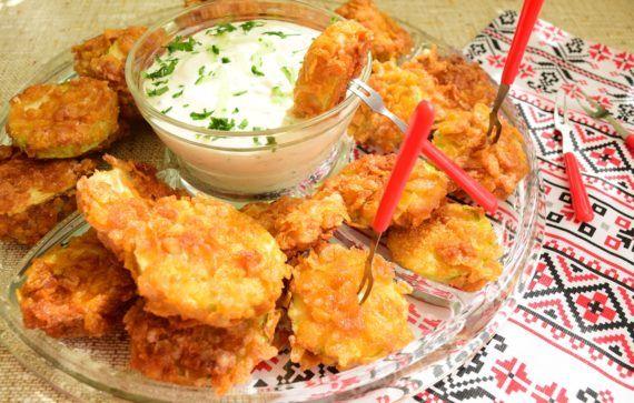 Dovlecei în crustă din fulgi de porumb cu sos de iaurt și castraveți
