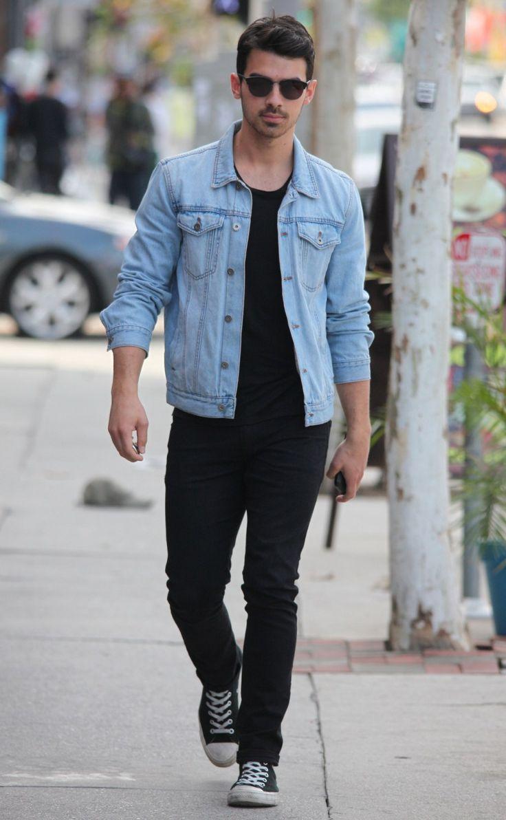 A jaqueta jeans pode ser usada em diversas ocasiões casuais, aposte nelas. Na foto: jaqueta jeans clara, camiseta básica preta e calça básica.