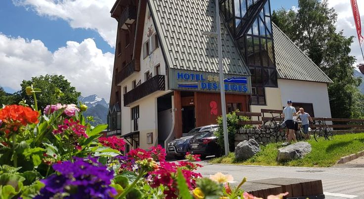 Hotel des Neiges Les Deux Alpes Hotel des Neiges provides en suite accommodation in the centre of les Deux Alpes. It is just 100 metres from the nearest cable car. Free WiFi is available in common areas.