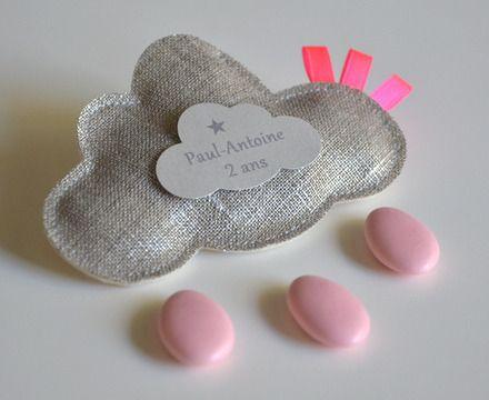 sur commande pour le baptême ou l'anniversaire de votre enfant : des ballotins de dragées en lin lamé et rubans rose fluo.... pour un rendu original et très raffiné...que vou - 11370881