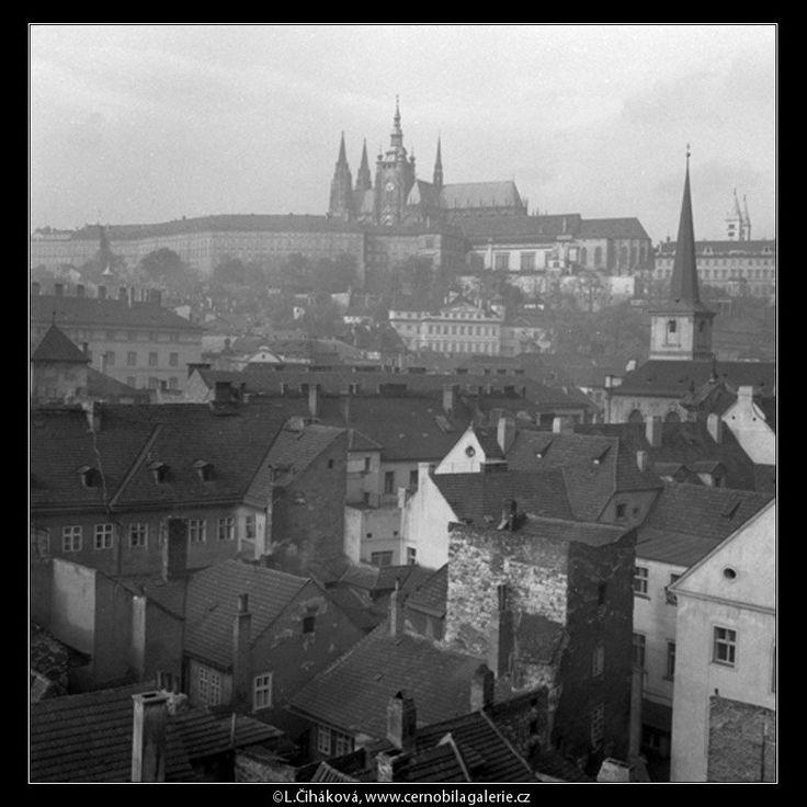 Pražský hrad přes střechy (41-30) • Praha, 1958 •   černobílá fotografie, malostranské střechy, komíny, věže, Pražský hrad  • black and white photograph, Prague 