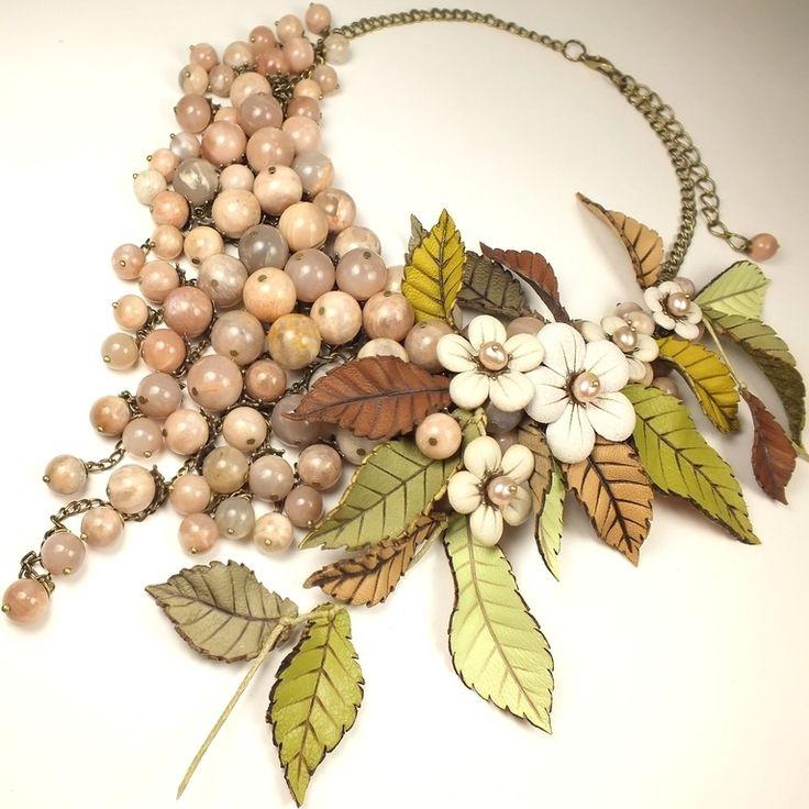 Купить Дни Яблочного Сидра. Колье и цветы. Солнечный камень, натуральная кожа - кремовый, телесный