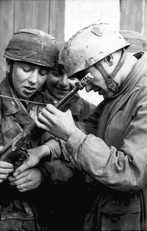 German paratroops in Tunisia with a captured M1928A1 Thompson submachine gun.The Thompson generally fired the .45 cal APC round, the same as the Colt Government Model 1911 pistol.This was an early, and quite successful, attempt at standardization with the aim of reducing the need to produce a great variety of ammo.Some variants of this weapon, like the Model 23, fired the more powerful .45 Remington-Thompson cartridge whith a heavier 250-grain bullet at higher muzzle velocities.