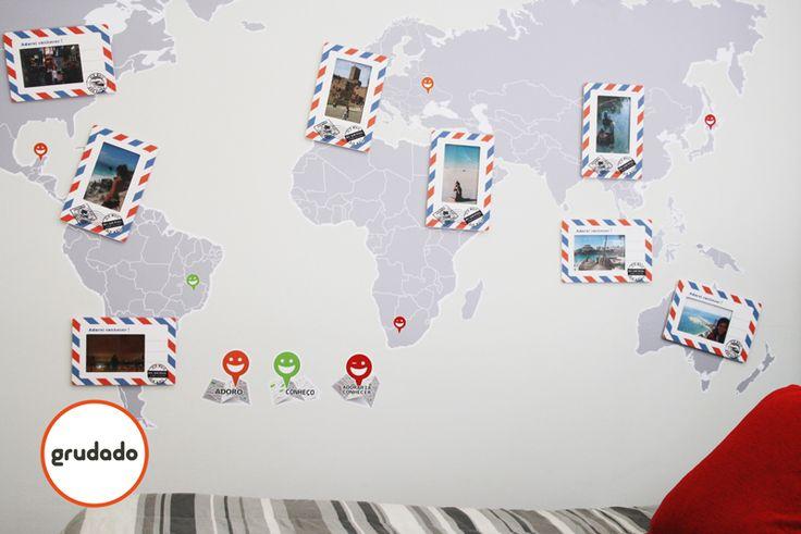 Porta Retrato de Parede Mapa Mundi. O produto incluí 8 molduras em formato de Cartão Postal e um Adesivo de Parede Mapa Mundi