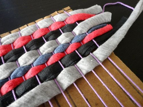 DIY tutorial t-shirt yarn tablecloth table runner with carton loom