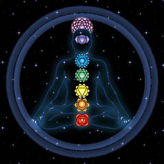 """""""ЭНЕРГЕТИЧЕСКАЯ СИСТЕМА ЧЕЛОВЕКА"""". Согласно тантрическому учению, энергетическая система человека состоит из семи чакр – семи энергетических вихрей, двигающихся как колеса. Само слово """"чакра"""" на санскрите означает """"диск"""", """"круг"""", """"колесо"""". Чакры являются узловыми пунктами в энергосистеме человека, они получают энергию из окружающей среды и Космоса, синтезируют и трансформируют ее, а затем перераспределяют между органами и системами организма."""