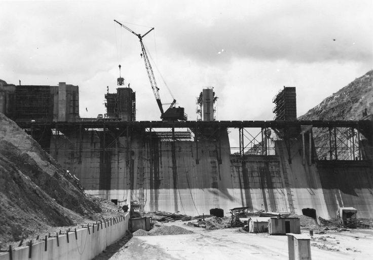 Eildon Pondage gates under construction