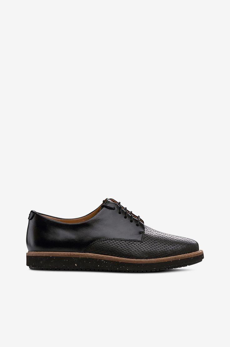 Sko Glick Darby fra Clarks er har reptilpreget skinn foran og glatt skinn bak. Snøringen har runde, lett voksede skolisser som løper gjennom rå hull. Skoen har en pen, beige kant med grov søm rundt sålekanten. Innvendig er det skinnfôr bak og tekstilfôr foran. Den sviktende, lettvektig mellomsålen i EVA gjør skoen ekstra behagelig. Et valg som forgyller din dag.