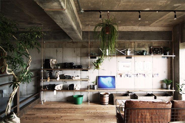 ロープ、アンカーボルト、古材で作った「吊るす」棚は工作感たっぷり。ちなみに棚板はブラケットで壁に固定されています。