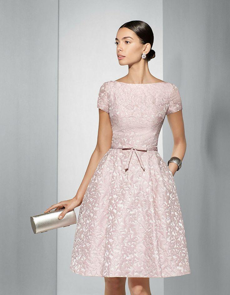 Fiesta 2017 Vestido de fiesta corto brocado en tono rosa pastel. Este traje de fiesta de la colección 2017 de Couture Club tiene un favorecedor escote en la espalda en forma de pico y queda rematado por elegante un detalle decorativo en la cintura.