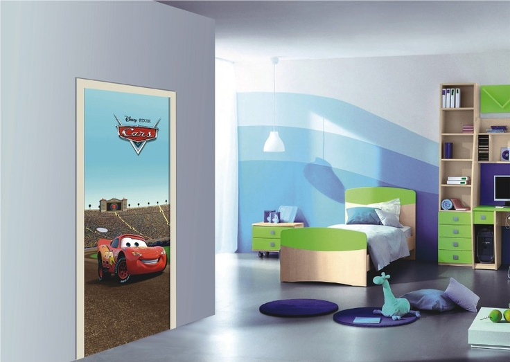 Flash mcqueen se fige sur la porte de la chambre enfant for Decoration porte de chambre