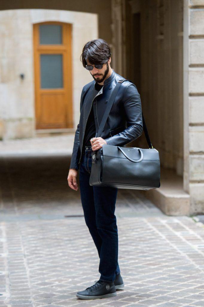 Look masculino com jaqueta de couro Giorgio Armani, bolsa Montblanc e sapatos Raphael Steffens para a Paris Men's Fashion
