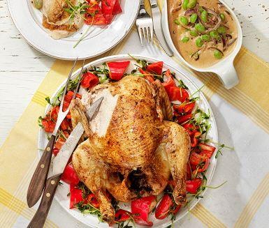 Helstekt kyckling med kr�mig dragons�s �r ett m�ktigt recept d�r soja- och pepparpenslad kyckling steks i ugnen i ca 50 minuter, vilket ger dig gott om tid att sv�nga ihop de aptitretande tillbeh�ren � nykokt ris med krispiga gr�nsaker och gr�ddig dragons�s med sojab�nor. Mums!