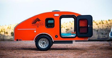 Esta caravana con forma de lágrima ha trasladado la cocina a la maletera para comprimir el espacio habitable haciéndolo funcional y ligero