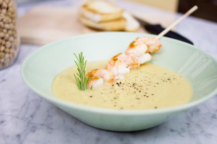 La zuppa di ceci arricchita con scampi saltati in padella è una ricetta rivisitata a partire dalla più classica con gamberi.