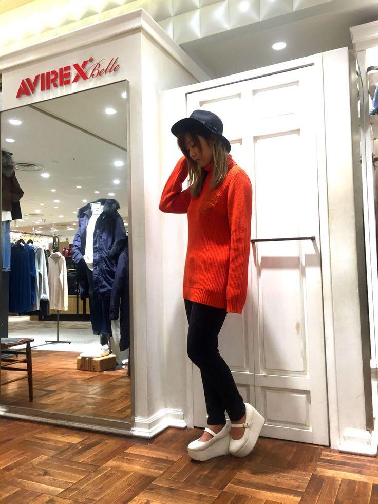 AVIREX Belle 渋谷店/オレンジニット 首元まであるオレンジのニットはフリーサイズですが着丈、袖ともに長めで女性らしいデザインです!優しいオレンジの色味が合わせる洋服にも馴染んで可愛いです♪ パンツはストレッチが効いていてとても履き心地がいいのが特徴♪サテン生地なので肌触りも抜群です♪