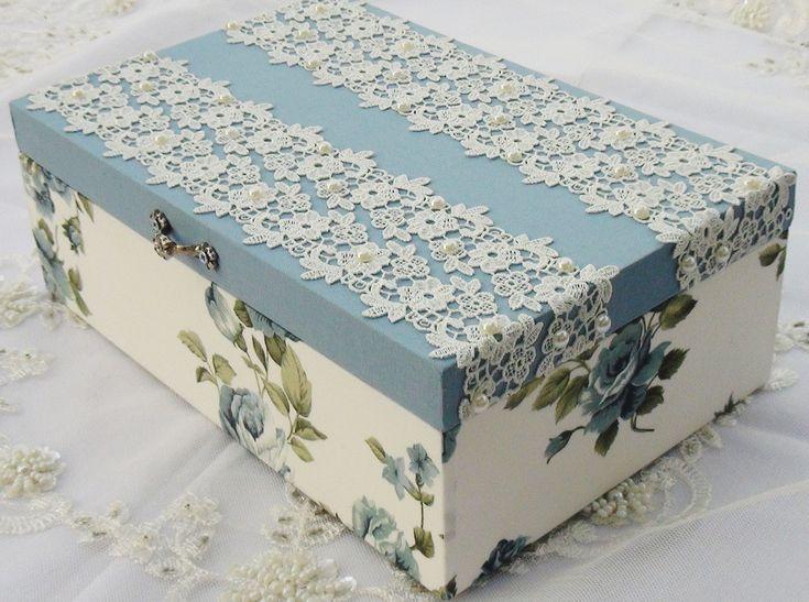Caixa em MDF pintada com tinta PVA, revestida com tecido 100% algodão. Detalhes em renda importada e chatons pérola.