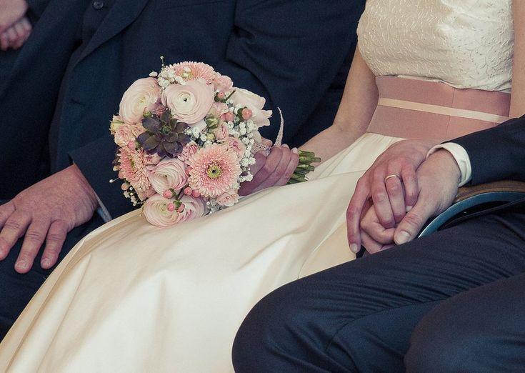 brautstrauss-passend-zu-60er-jahre-brautkleid-petticoat-rosa