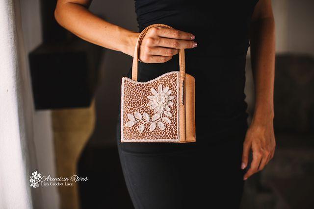 Arantza Rivas  Irish Crochet Lace Wicklow Purse Irish Crochet purse embellishment.  Bolso Wicklow Decoración de bolso en crochet irlandés.  David Luque Fotografía Modelo: Belinda Gutierrez Tobe Foto realizada en Alhaurín Golf Hotel & Resort